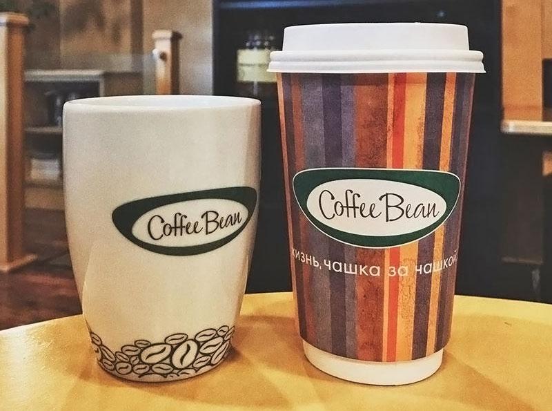Стаканы в кофейне Coffee Bean, в которой появился Раф-кофе