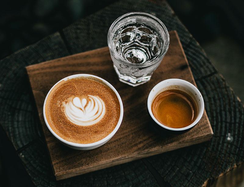Как пить эспрессо и зачем с ним подают воду?