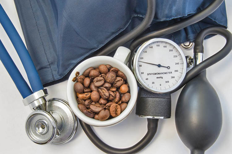 Кофе повышает давление и может быть противопоказан гипертоникам.