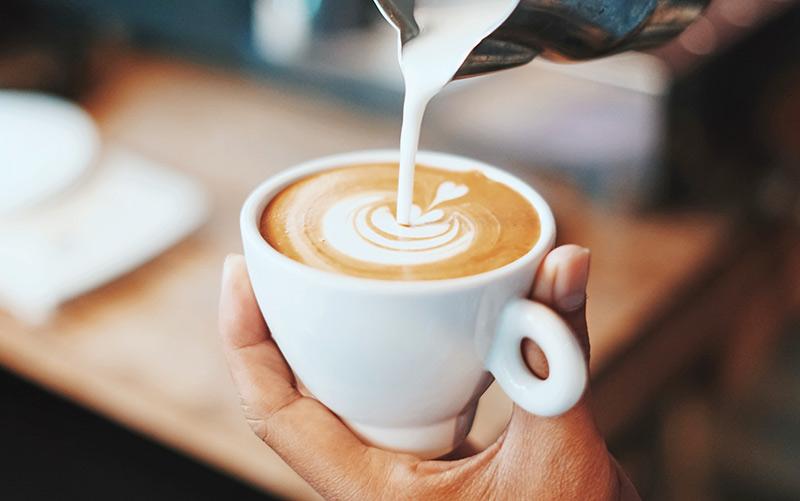 Как сливки и молоко влияют на бодрящий эффект от кофе? Ослабевают ли они его?