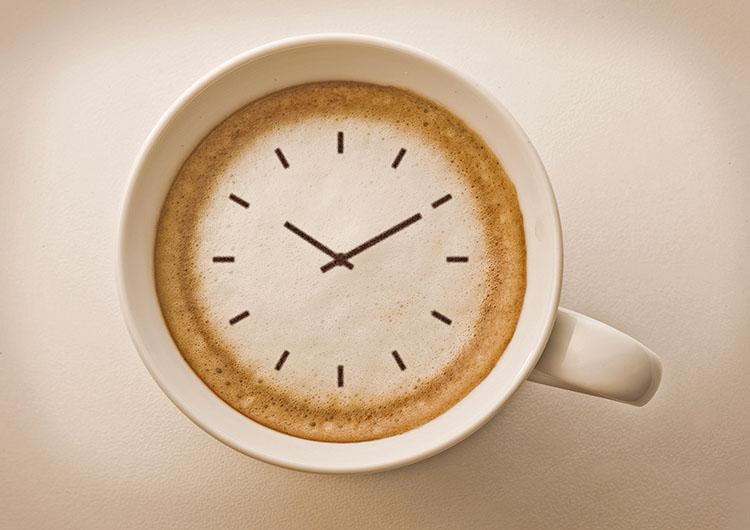 Вред кофе вечером – кофеин может вызвать бессонницу.
