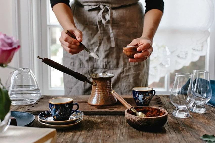 Соль в кофе убирает горечь и смягчает вкус кофейного напитка.